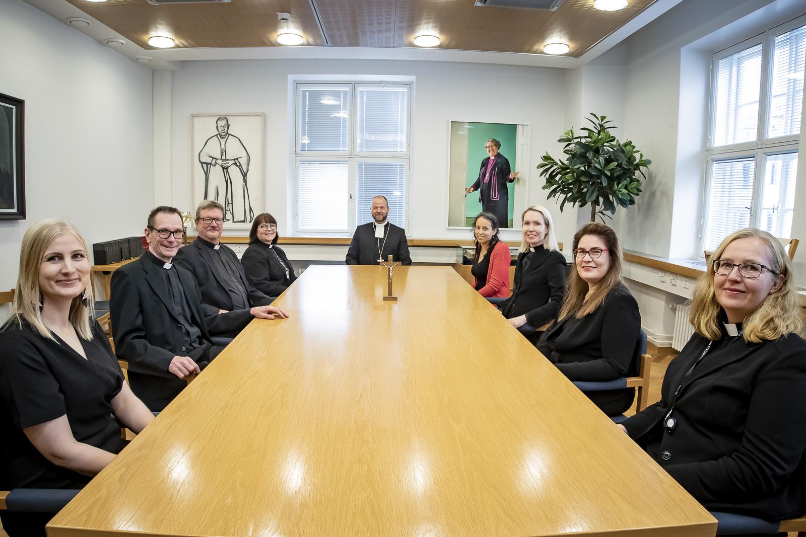 Kuva istunnon jäsenistä pöydän ympärillä