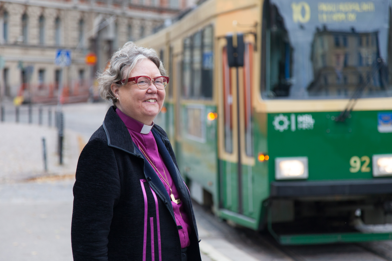 Helsingin piispa emerita Irja Askola kuvattuna raitiovaunun edessä