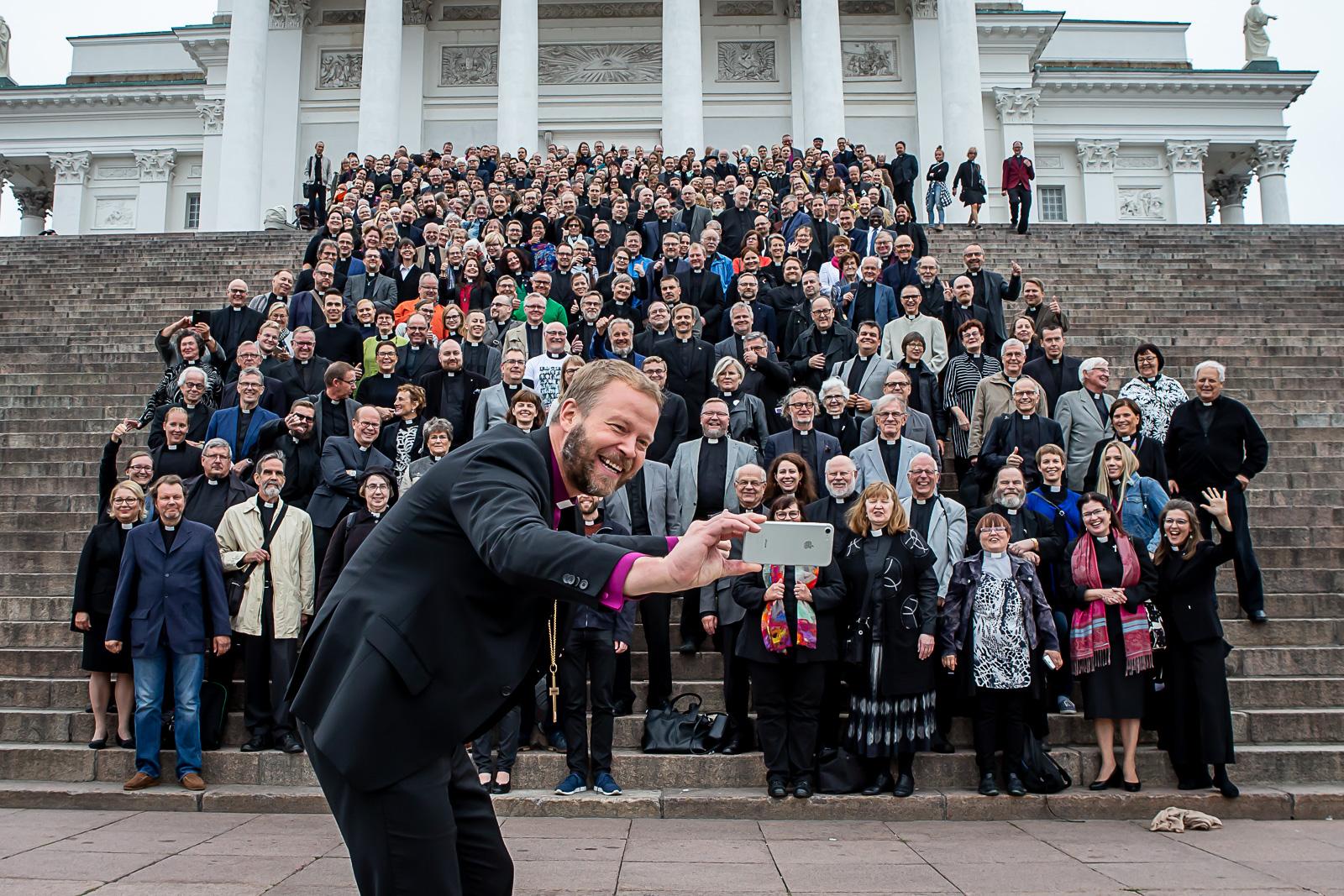 Yhteiskuva Helsingin hiippakunnan papeista tuomiokirkon portailla synodaalikokouksessa 2018.